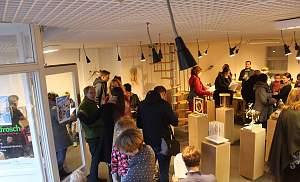 Ausstellungsbesucher der Kunstselbstbaupaketausstellung des vorigen Jahres, Foto privat
